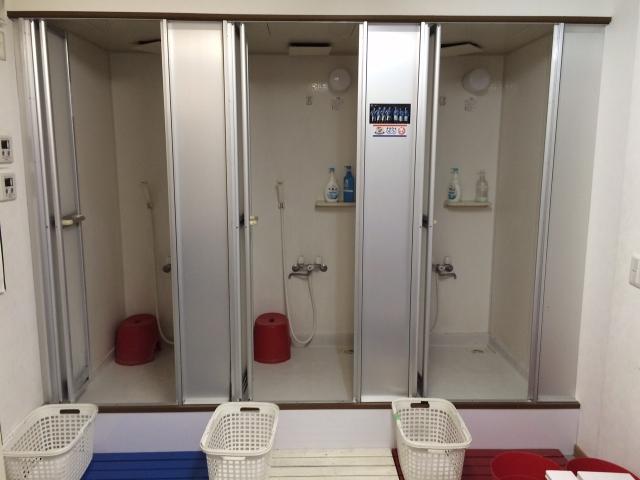 シャワー室も完備しており汗を流せます。